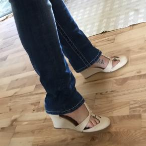 Så fine skind heels med dustbag. Brugt en aften indendørs og i perfekt stand.  Bytter ikke.