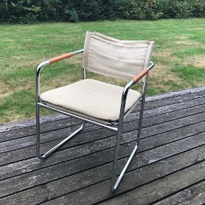4 stk. Spisebordsstole i rustfri stålrør med lædersnoninger på armlæn og løse canvashynder. Ekstra canvashynde medfølger. Meget velholdte og flotte med en anelse brugsspor på hynder. Bredde: 54 cm Højde armlæn: 65 cm Siddehøjde: 47 cm Total højde incl. ryglæn: 78 cm Afhentes i Gilleleje Se også matchende spise-/arbejdsbord under mine øvrige annoncer. Gerne Mobile Pay. Ved TSpay betales gebyret af køber og tillægges min salgspris.