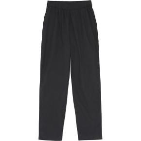 Helt nye bukser i super blød økologisk bomuldspoplin. Lommer i siden.  Stor størrelse XS så derfor har annoncen S.  Sender med post