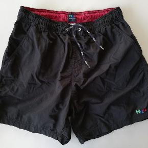 H2O shorts med inderbuks str. XL Kan bruges som badeshorts eller til sport. Med lommer Brugt få gange   Farve: Sort og Mørkeblå Indv. benlængde : 13 cm Hel længde: 43 cm Liv: 2x40 (spændt ud: 2x47 cm)  Pris: 100,- /stk. plus porto. (Nypris: 300,-) Fast pris  Sender med DAO :-)  Flere billeder haves IKKE  #30dayssellout