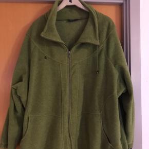 Dejlig tyk kvalitets fleece jakke. Gode lommer og regulerbar i kanten for neden.  Flot æblegrøn farve.  Bryst 2x82 cm Lænse bag ca 80 cm