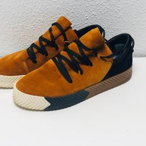 Sælger disse Adidas x alexander Wang sneakers de er brugt en håndfuld gange men har det seneste år stået stille.