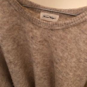 Lækker strik fra American vintage i en grå/brun farve. Det er en str xs/s men har et meget oversized fit. 38% Polyamide fibers 36% polyacrylic fibers 17% merinos Wool 8% alpaca superfine 1% elastane Giv gerne et bud😊