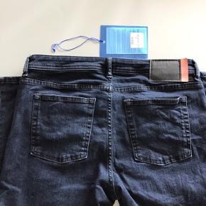 Jeans fra Acne i modellen Climb. Slim fit jeans med stretch. Størrelsen er 30 og benlængde er 32. De er lidt cropped i benene men passer F.eks mig der ikke er så høj perfekt i benene :)  BYD   Har været brugt en gang, og er derefter vasket. De er købt i april så er helt nye. Farven hedder blue Black og er meget mørkeblå.