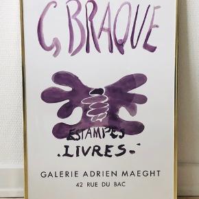 Plakat inkl. ramme   George Braque – Estampes Livres Galerie Adrien Maeght  Plakaten måler 40 x 60 cm.   Guldgravet ramme medfølger.   BYTTER IKKE!   Kan afhentes hos mig på Frederiksberg.