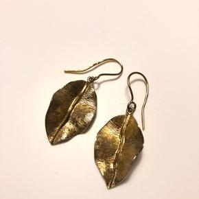 Sælger disse fine Pernille Corydon øreringe i guldbelagt sølv. De er prøvet en masse gange, men taget ud igen... de fungerer desværre bare ikke for mig. 4 cm lange.