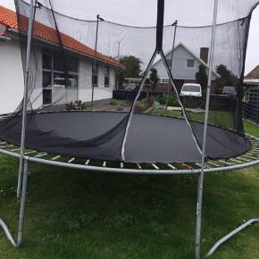 Gratis trampolin god brugt men der er stadig mange timers lege endnu. Afh i hjerting nettet er i stykker.