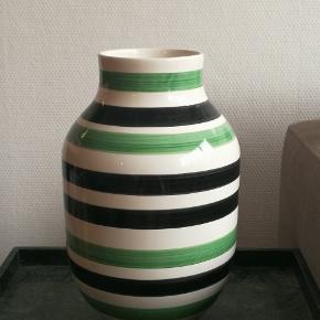 Sælger denne vase fra kähler. Den er i fin stand uden skår. Kan afhentes nær banegården i Aarhus. Har også en anden kähler vase til salg, som også ses i det sidste billede.