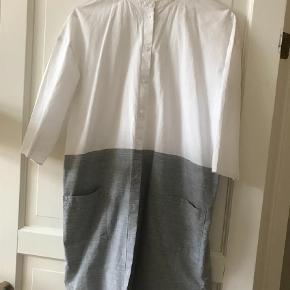 Varetype: Andet Farve: Grå Prisen angivet er inklusiv forsendelse.  Fin skjortekjole fra Cos, brugt få gange.