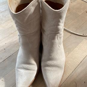 Helt lyse western boots Skyggen på snuden er pga lyset Ingen pletter eller skrammer  Bytter ikke