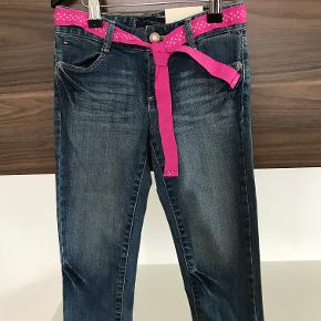 Nye Tommy Hilfiger stumpe-jeans str. 7 år Går til lige under knæet Kan justeres i livet  Prisen er excl. porto Bemærk, mine priser er faste. Handler gerne mobilepay på 26810990