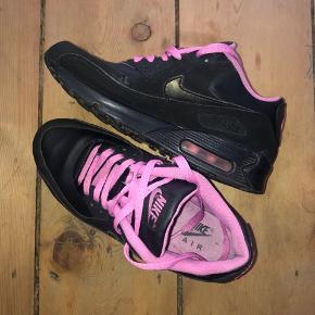 Nike air max sneakers til salg. Næsten som nye. Købt i footlocker for et par år tilbage. Kom endelig med bud. Str38,5