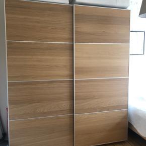 PAX skab fra IKEA. Købt sidste år til en nypris på 7000 kr. Skabet er i egetræ, og i super god stand!  Jeg sælger skabet, grundet flytning.  Det er sat fast til væggen med skruer, så køber må selv komme og få skabet ned og med, men ift den gode pris, er det en mindre sag :)   Bredde (cm): 200 Dybde (cm): 58 Højde (cm): 236