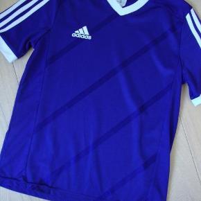 Varetype: Lækker Adidas T-shirt str. 164Farve: Lilla  Lækker Adidas T-shirt str. 164  Byd!