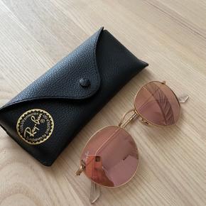 Sælger mine Ray-Ban solbriller, da jeg desværre ikke får dem brugt. Fejler absolut ingenting, som nye.  Fragten betales af køber og hvis der handles gennem trendsales, betales gebyret også af køber.