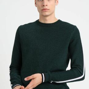 Sprit ny Kiomi bluse sælges.  Blusen er aldrig brugt og kommer fra et hjem uden tobaksrøg og husdyr.  Mærke: Kiomi Størrelse: M Farve: Mørkegrøn Ny pris: 280kr.  Send gerne en SMS eller giv et ring for mere information.