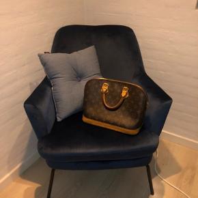 Louis Vuitton Alma i fin stand🌸  Dog er den en smule slidt ved bunden, samt har lidt pletter på bunden af tasken. Begge ting kan dog ses på billedet, og er egentlig ikke noget man lægger mærke til.  Derudover har jeg ægteheds certifikat til den.  Kom gerne med et seriøst bud😊
