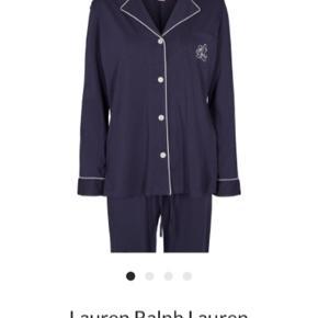 RL nattøj - nyt med prismærke✅ Kan også bruges som hyggesæt. Beskrivelse Pyjamas fra Lauren Ralph Lauren i en blød bomuldskvalitet. Skjorten er helt enkel i modellen med lange ærmer, slidser i siderne, knaplukning på fronten samt mærkets navn syet på brystlommen. Bukserne er ligeledes helt enkle i modellen med elastik og regulerbar snøre i taljen. En rigtig fin pyjamas i en god kvalitet.