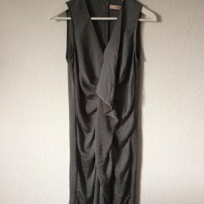 Rützou - kjole Str. 38 Næsten som ny Farve: shinny grå Lavet af: 100% polyester Mål: Brystvidde: 92 cm hele vejen rundt Livvidde: 84 cm hele vejen rundt Længde: 106 cm Køber betaler porto!  >ER ÅBEN FOR BUD<  •Se også mine andre annoncer•  BYTTER IKKE!