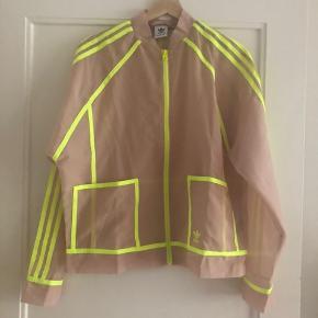 Sej sommerjakke fra Adidas originals i gennemsigtigt stof og neon gule striber.
