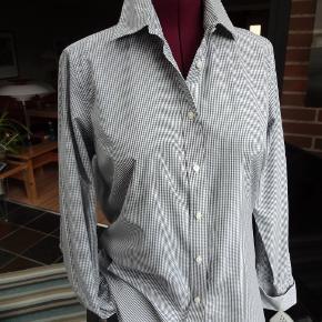 """Flot skjorte fra Stenströms - model: 'Twofold Super Cotton Slimline'  str. 44 Småternet i grå/hvid Dobbelt-manchetter med sorte """"knude-knapper"""" (billede) Brystvidde: 54 cm x 2 - Længde: 70 cm Som NY - kun brugt 2 gange"""