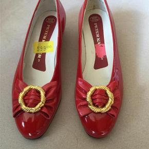 De smukkeste røde laksko i den kendte kvalitet fra Peter Kaiser. Lille hæl på 2,5 cm i højden. Lædersåler. Den fineste sløjfe foran over snuden med gylden ring. Indvendig længde : 24,5 cm. Købt på udsalg for 599,- Sko / pumps / ballerina Farve: Rød Normalpris: 849 kr. Aldrig brugt. Kan sendes for købers regning : 39,- med DAO.