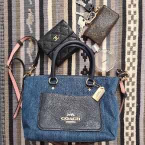 Fin taske i denim stof og mørkeblå læder. Minimalt slid på hjørner og lynlås (se de sidste to billeder), ellers flot stand. Aftagelig skulderstrop. Ny pris - bud fra 600 kr + forsendelse.