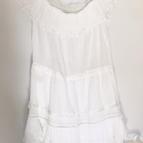 Kjolen ser helt ny ud, den er aldrig blevet brugt. Den er lavet af 100% bomuld, og kommer fra et røgfrit hjem.