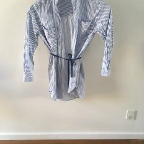 Skjortekjole i blå og hvidstribet