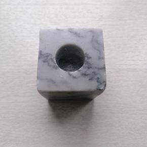 Lysestage i grå marmor.  Der er slået et lille stykke af 2 hjørner.  Højde: 5,5 cm Nypris: 199 Kr.  Kan afhentes i Esbjerg. Sender gerne- køber afholder fragt og risiko.