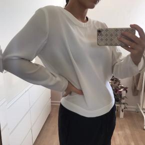 Hvid trøje fra calvin Klein med synings-detaljer ved halsen i 100% polyester Cond: 7/10