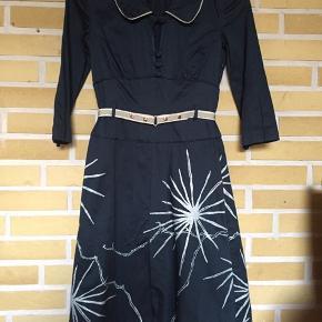 Flot tætsiddende kjole, som kun har været på 2-3 gange. Den er lavet af kraftigt stof, farven er mørk tyrkis med sølv print.  Købspris 1500,- Sælges for 250 inkl