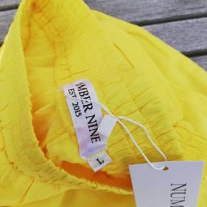 Number Nine gule sommer bukser i str large. Synes selv de er tilpas til en alm str 38 i buks eller medium.