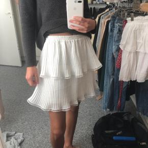 Sælger denne fine nederdel fra little remix, str. 16 svarer til XS