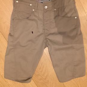 Varetype: Shorts Farve: Beige Oprindelig købspris: 799 kr.  Lækre levis Engineering shorts liv 86 cm og længde 60 cm - ( den sorte plet er på mit kamera )