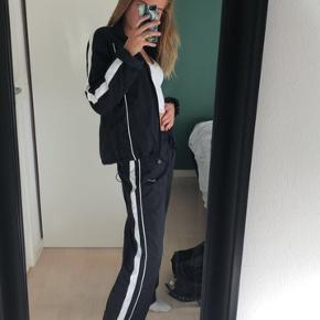 Sælger disse super fede tracksuit bukser fra Nike. Der står, at de er en str L, men de fitter dog en medium og small i oversize.