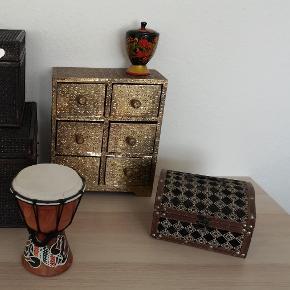 Disse forskellige ting sælges samlet til prisen, hent det hele på min adresse 👈  Bemærk at Lisbeth Dahl mini kommoden trænger til en kærlig hånd (kan nok limes) da metallet nogle steder er faldet lidt fra.