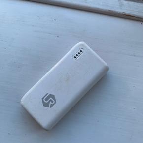 Powerbank, ved ikke hvilket mærke det er fra. Men den fungerer som den skal, både strømmæssigt og flashlight funktionen.   Kan have til 3 opladninger hvis man oplader fra 0%