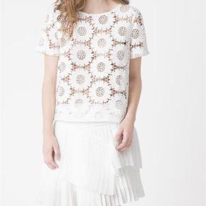 Flot blondebluse.   Bluse Farve: Hvid Oprindelig købspris: 1200 kr.