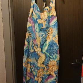"Smuk halterneck, figursyet og 50'er inspireret kjole med et quirky havfrueprint. Kjolen er fra den engelske ""British retro"". Den lukkes med en lynlås i siden"