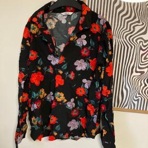 Smuk blomstret skjorte fra Envii. Skjorten er brugt 1 gang, men bruges ikke længere da den krøb i vask. Derfor fitter den også en str. XS. Men der er ingen tegn på slid
