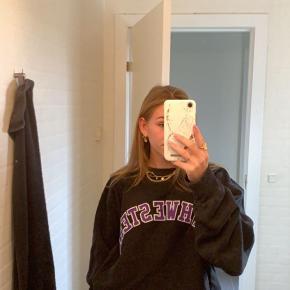 Sælger denne store lækre sweatshirt. Den er købt i Genbrugsbutikken Westland i kbh til 500 kr.  kom endelig med et bud ✨
