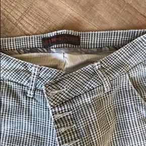 Varetype: Jeans - super fede! Størrelse: 27 Farve: Grå  Super fede jeans. Brugt få gange.  Talje 2 x 38 cm.  Bytter ikke.  Sendes som pakke via DAO til nærmeste pakkeshop.