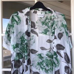 Fin skjorte fra Ganni i str. M. Har været brugt nogle gange