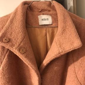 Rosa frakke fra Envii, købt sidste år, fejler intet men er en anelse misfarvet på indersiden.