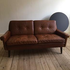 Retro skind sofa, dansk design af Svend Skipper, 2-personers, brun med skøn patina. Fantastisk siddekomfort med intakte, faste puder. Afhentes🌹