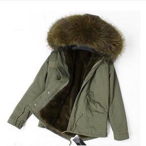Sælger min parkajakke med ægte pels på både hætte og som for inde i jakken. Den fejler intet og er blevet brugt en enkelt sæson, men ikke ofte. Pelsen langs lynlåsen og omkring hætten kan tages af og på som man ønsker. Virkelig en lækker jakke! Ny pris er 8000 kr. ☺️