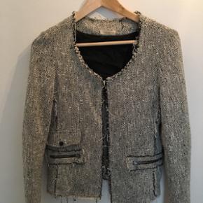 By Zoé jakke. Perfekt til sommer som lille jakke. Brugt få gange. Nypris 1800kr.