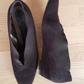 Flot cacaobrun sko med kinahæl.  Er let, velholdt og uden skader.