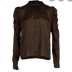 Neo Noir brun bluse med prismærke i. Str M. Afhentes i Aarhus.